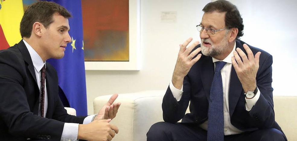 Rajoy y Rivera se reúnen en la Moncloa para abordar la situación tras el 21-D