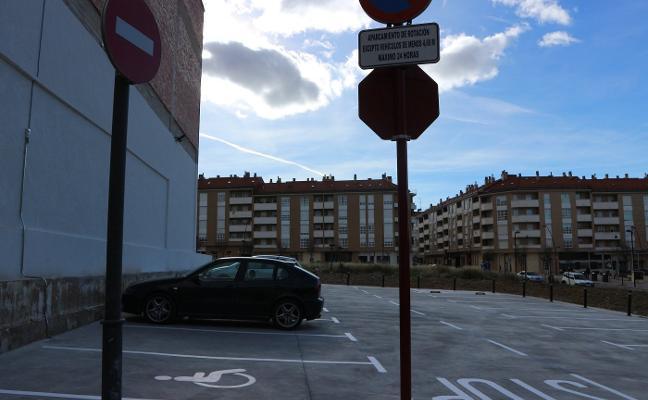 Cerca de cuarenta nuevas plazas de aparcamiento en La Magdalena y Santiago