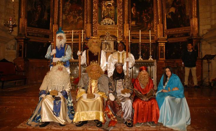 Cervera celebra su cabalgata de Reyes y el reparto de regalos