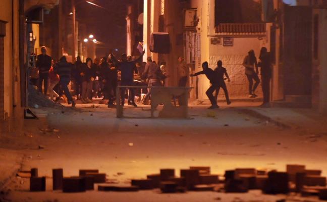 El descontento popular incendia Túnez