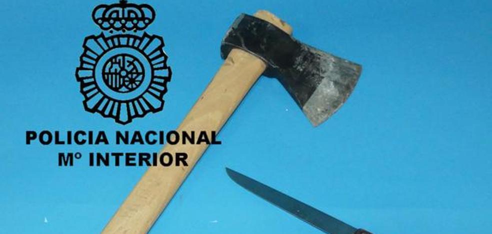 Detenido en Burgos por agredir a su madre y hermano y atacar a los agentes con un hacha