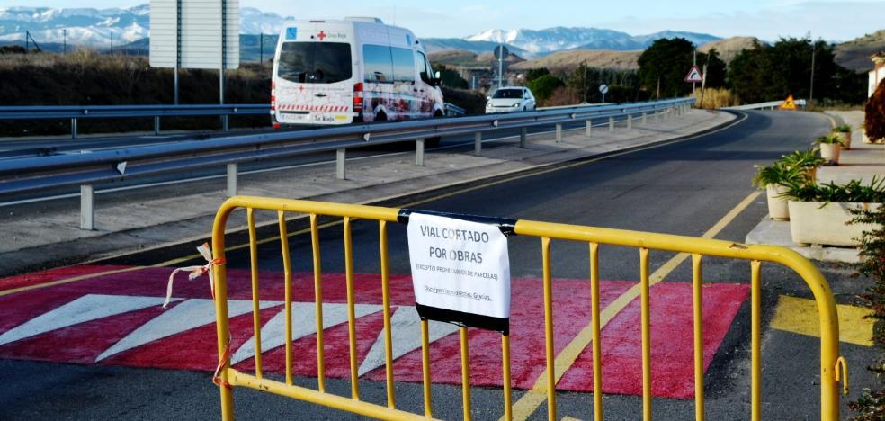El vial de las pistas de atletismo se corta al tráfico para ejecutar el carril bici