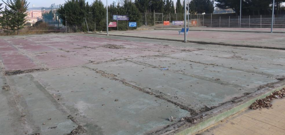 El estado del terreno retrasa la reforma de las pistas de tenis
