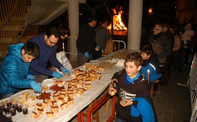 Las hogueras iluminaron anoche las calles de Cervera en la víspera de San Antón