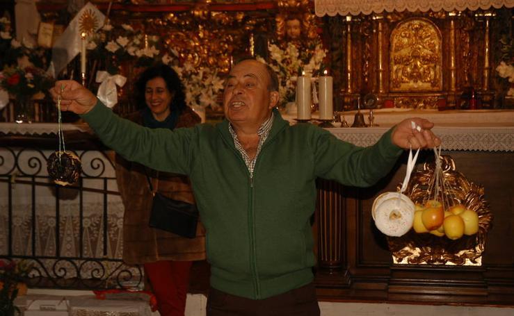 Subasta de roscos en Valdeperillo