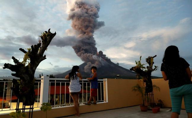 Dos muertos en Japón por las intensas nevadas y una erupción volcánica