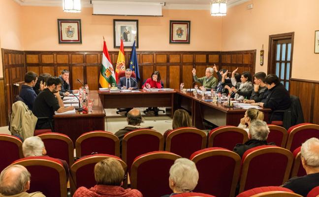 El Pleno de Santo Domingo aprueba las mociones de PSOE, IU y Carlos Barrón
