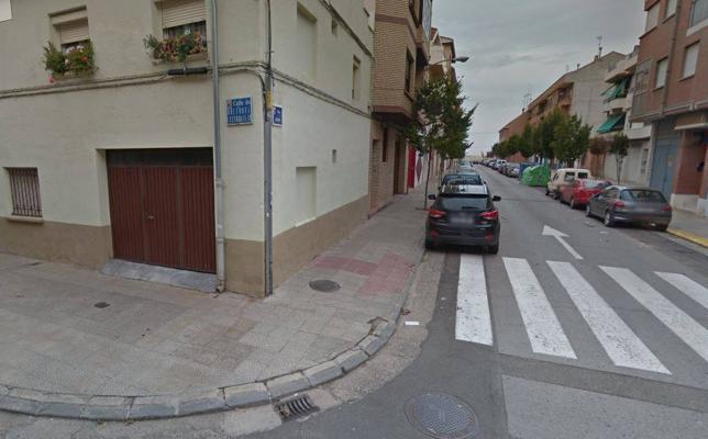 Un conductor en coma etílico empotra su furgoneta contra un edificio en Calahorra