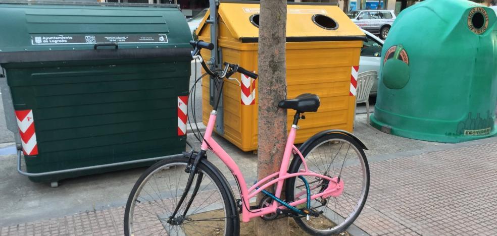 Una bicicleta aparcada hace tres meses