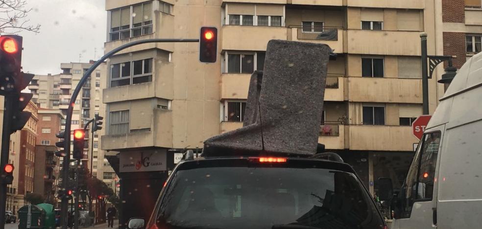 Peligrosa forma de llevar los bultos