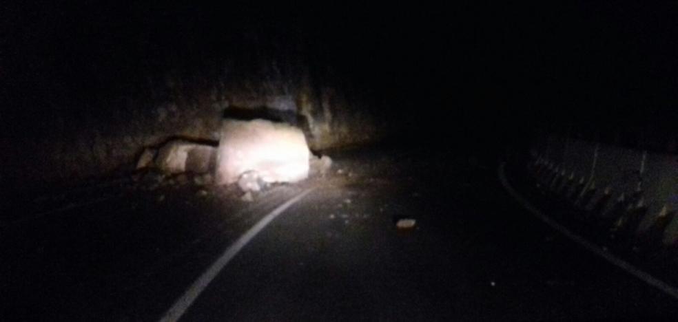 Un desprendimiento de rocas corta de forma parcial la LR-250 toda la noche
