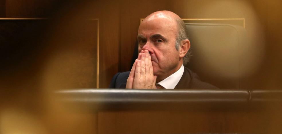 La Eurocámara deja tocado a De Guindos para llegar al BCE, aunque sigue favorito