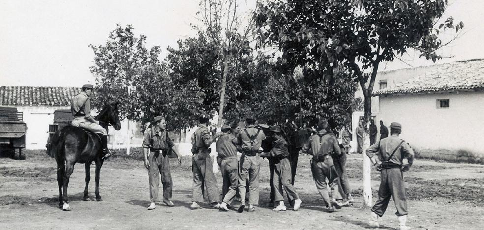 Militares embastando a un mulo