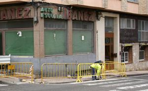 El Ayuntamiento arregla una acera de la calle San Fernando