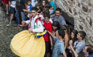 Arrancan los trámites para que los danzadores de Anguiano sean Bien Cultural