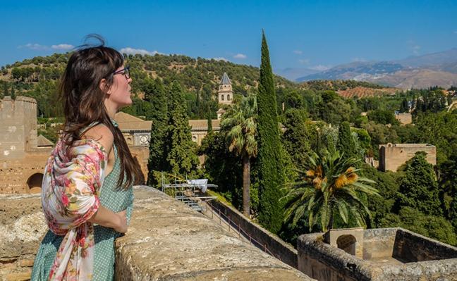 Marta Fernández respira Granada a través del vidrio