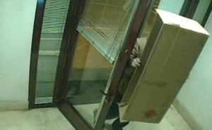 Detenido por intentar robar en un cajero de Quel oculto tras una caja de cartón