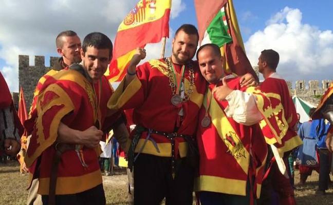 Lucha en el campo de batalla medieval con armadura, hacha y cota de malla