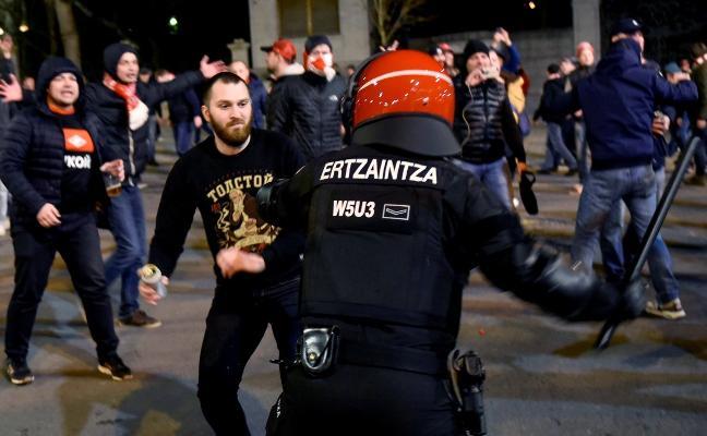 Fallece un ertzaina en la batalla campal entre ultras del Athletic y Spartak