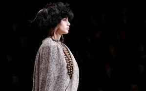 Contra la moda del espectáculo, Giorgio Armani aporta su clasicismo