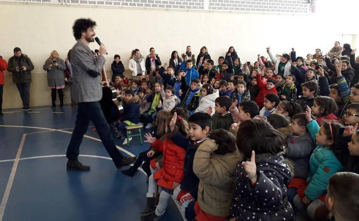 El maestro de la guitarra en la escuela