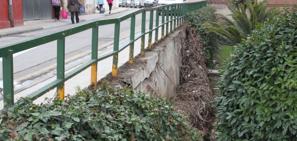 El Ayuntamiento advierte de la caída de la hiedra del centro de salud