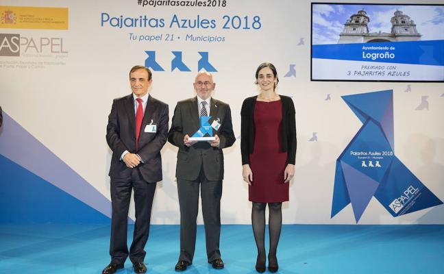 Ruiz Tutor recibe el galardón 'tres pajaritas azules' que premia a Logroño por el reciclaje de papel