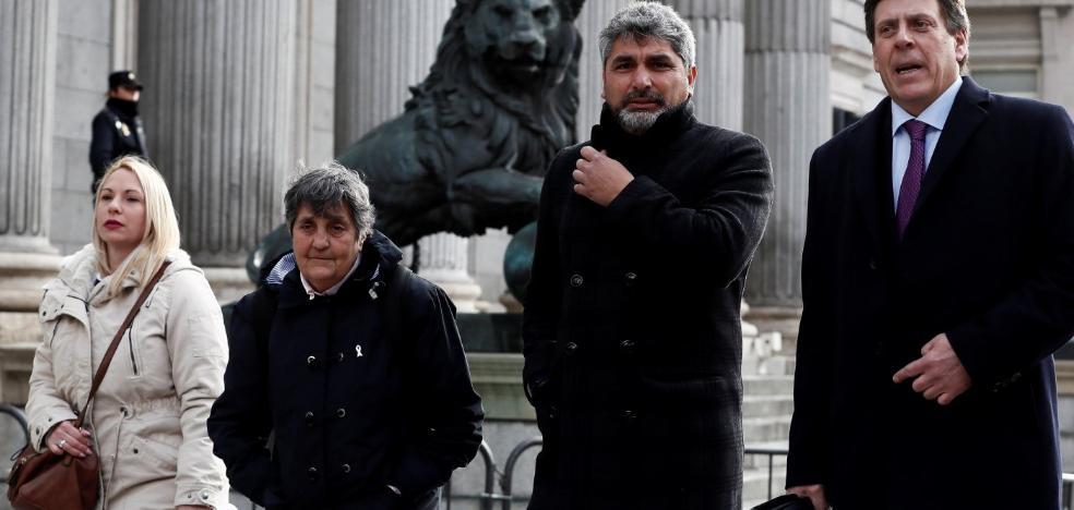 Las familias de las víctimas expresan su decepción con la actitud del PSOE