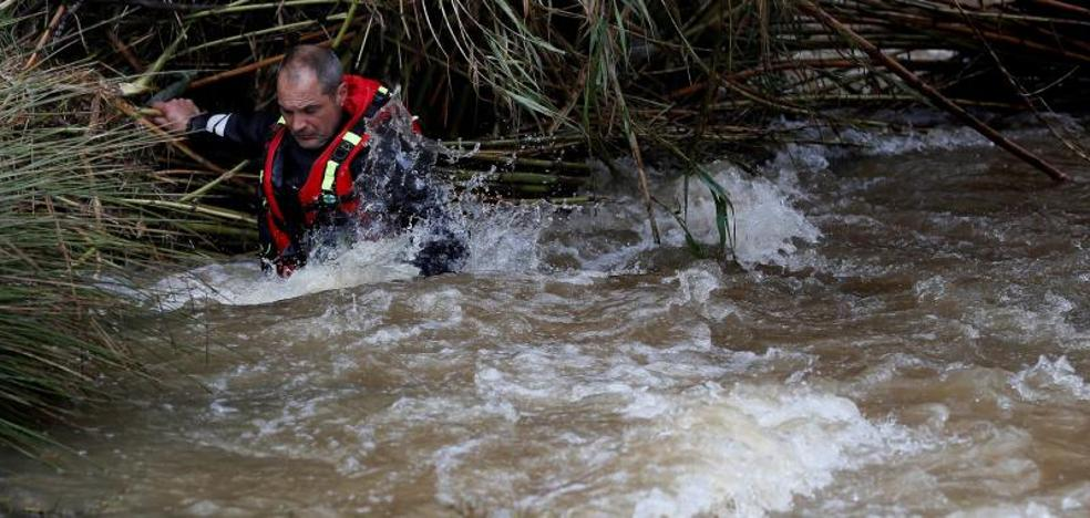 Buscan a un guardia civil arrastrado por el agua en Sevilla