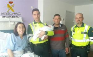 Una mujer da a luz en un coche asistida por la Guardia Civil