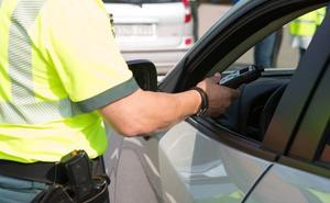 Dos detenidos por dar positivo en alcohol, una tras un accidente de tráfico y otro sin carné