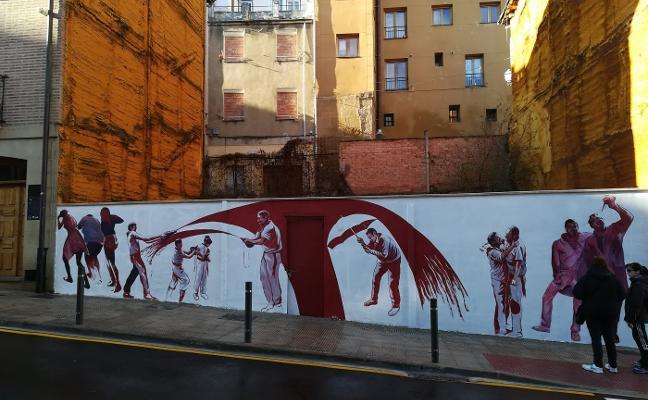 Uriszar culmina su mural sobre la batalla del vino