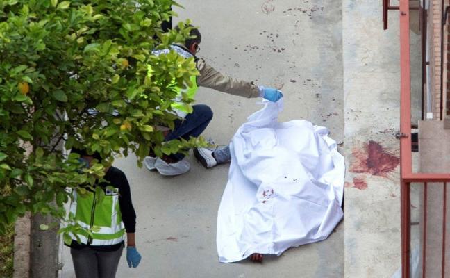 Asesina de varias puñaladas a su pareja en plena calle y en presencia de sus hijos