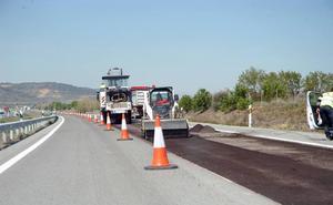 El mal estado de dos tramos de la AP-68 por el desvío de los camiones obliga a una reparación que ha comenzado este miércoles