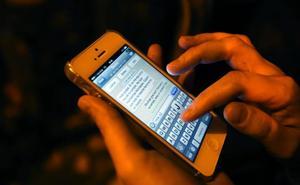 Tres de cada diez españoles admiten cotillear el móvil de familiares