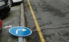 La Guindilla: señales tiradas en el suelo en Hospital Viejo