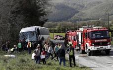 Dos fallecidos y siete heridos, uno de ellos grave, en la colisión de un turismo y un autobús en Navarra