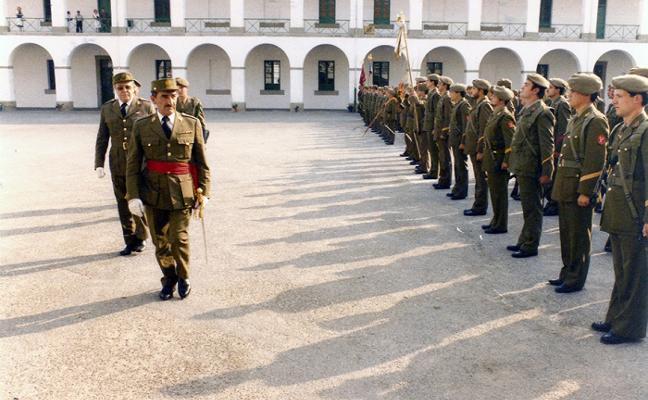 LA RETINA DE LA MEMORIA El general Ruiz de Oña pasa revista