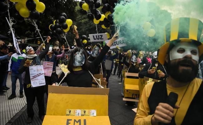 Argentina sortea la jornada más peligrosa, pero el peligro de una bancarrota continúa