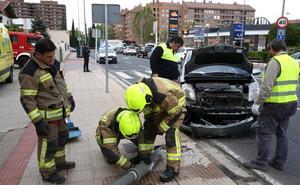 Una conductora tumba una farola frente a la gasolinera Las Gaunas