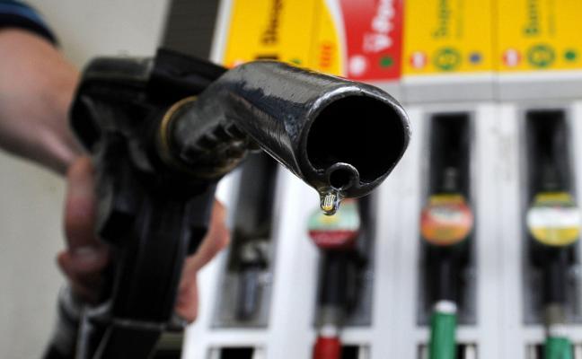El diésel supera ya los 1,20 euros por litro y la gasolina los 1,30, en máximos desde el 2014