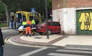 Un herido tras estrellar su coche contra un edificio en la calle Viveros