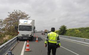 Un motorista fallece tras chocar contra un camión en la N-232