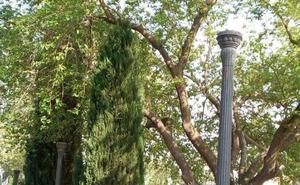 Varias farolas sin lámparas en las Chiribitas