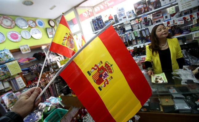 La venta de banderas de España se dispara estos días en la capital