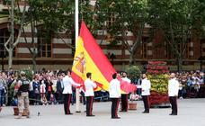 El izado de la bandera en el Ayuntamiento