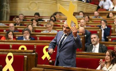 Alta tensión por un lazo amarillo en el pleno de la Cámara catalana