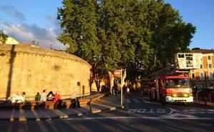 Los bomberos rescatan a dos jóvenes encerrados en el Cubo del Revellín