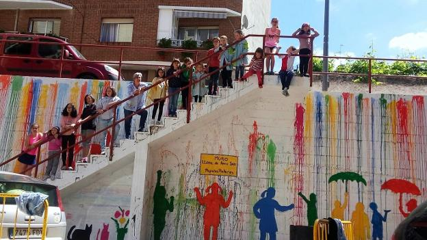 Los niños pintores y Ana Valdivielso, junto al mural