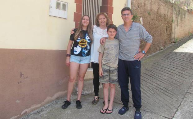 Flor, Manuel y sus hijos Saray y Saúl, en su casa de Badarán.